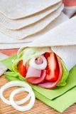 Tortilla fresca con las verduras y el jamón Imagenes de archivo
