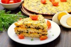 Tortilla hecha en casa con las hierbas y las verduras Fotos de archivo