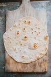 Tortilla hecha en casa de la harina del trigo integral Imagenes de archivo