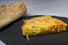 Tortilla hecha en casa de la patata con el ‹del †del ‹del †del chorizo - plato tradicional español foto de archivo