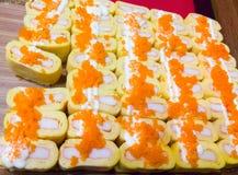 Tortilla japonesa dulce que rellenó por el palillo del cangrejo Foto de archivo