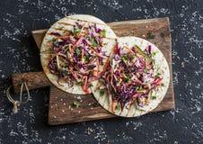 Tortilla mélangée de légumes et de salade de poulet sur un conseil en bois, vue supérieure images stock