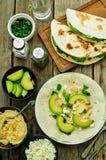Tortilla med hummus, avokadot, feta och persilja Royaltyfria Foton