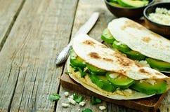 Tortilla med hummus, avokadot, feta och persilja Arkivbild