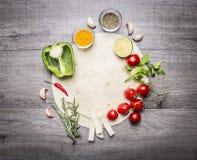 Tortilla med lagt ut förbi runt om hennes frukt- och grönsakutrymme för text på bästa sikt för grå trälantlig bakgrund royaltyfria bilder
