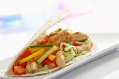 Tortilla met groenten en kip op plaat Royalty-vrije Stock Foto