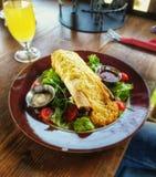 Tortilla met kip en zoete die Spaanse peperssaus, door kers en groene salade wordt omringd stock afbeeldingen