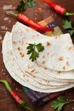Tortilla mexicana del flatbread en el tablero de madera fotografía de archivo libre de regalías