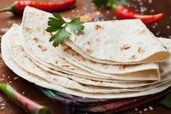 Tortilla mexicana del flatbread en el tablero de madera imagenes de archivo