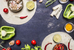 Tortilla mit Bestandteilen für das Kochen des vegetarischen Burrito mit Gemüse und Kalk auf hölzernem rustikalem Draufsichtabschl Lizenzfreies Stockbild