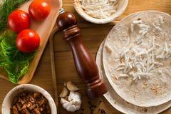 Tortilla mit einer Mischung von Bestandteilen lizenzfreie stockfotos