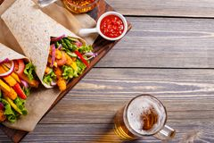 Tortilla mit Huhn und Gemüse Stockfoto