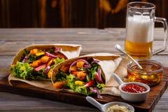 Tortilla mit Huhn und Gemüse Stockfotos