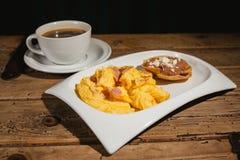 Tortilla o huevos y jamón, jamon de la estafa de los huevos, y desayuno del mexicano de la taza de café imagenes de archivo