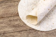 Tortilla op houten lijst Stock Fotografie
