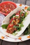 Tortilla opakunek z chili, fasolami i ziemi wołowiną, fotografia stock