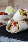 Tortilla opakunek z kurczaków warzywami i piersią zdjęcie royalty free