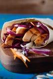 Tortilla opakunek z piec na grillu świeżymi warzywami i kurczakiem zdjęcia stock