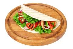 Tortilla opakunek z pieczonych kurczaków warzywami na drewnianej desce odizolowywającej na białym tle i mięsem obrazy stock