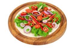 Tortilla opakunek z pieczonych kurczaków warzywami na drewnianej desce odizolowywającej na białym tle i mięsem zdjęcia royalty free