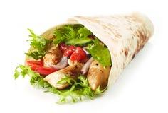 Tortilla opakunek z pieczonych kurczaków warzywami i mięsem zdjęcia royalty free