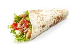 Tortilla opakunek z pieczonych kurczaków warzywami i mięsem obraz stock