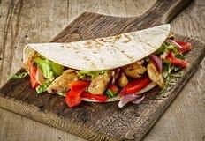 Tortilla opakunek z pieczonych kurczaków warzywami i mięsem fotografia stock