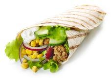 Tortilla opakunek z smażącym minced mięsem warzywami i zdjęcie royalty free