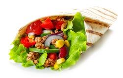 Tortilla opakunek z smażącym minced mięsem warzywami i obrazy royalty free