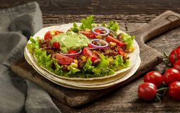 Tortilla opakunek z smażącym minced mięsem warzywami i zdjęcie stock