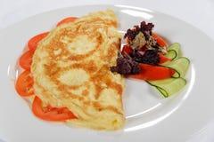Tortilla para el desayuno con los tomates, los pepinos y la ensalada Fotografía de archivo libre de regalías