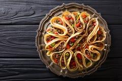 Tortilla som är välfylld med köttnötkött, peppar och lökcloseupen Hor royaltyfri fotografi