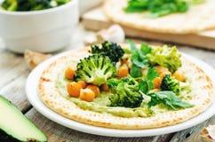 Tortilla Vegan με το ψημένα μπρόκολο και chickpeas και το αβοκάντο s Στοκ εικόνες με δικαίωμα ελεύθερης χρήσης