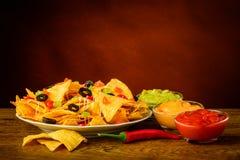 Tortillachiper med doppet Arkivfoton
