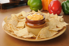Tortillachiper med salsa lurar queso Arkivbilder