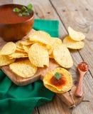 Tortillachiper som tjänas som med en salsasås royaltyfri fotografi