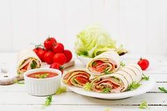 Tortillaomslag met ham, kaas en tomaten Royalty-vrije Stock Foto
