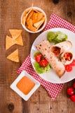 Tortillaomslagen met kip en groente Stock Foto