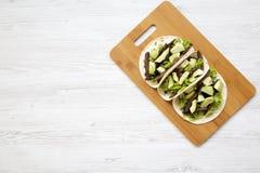 Tortillas με το ψημένα στη σχάρα βόειο κρέας και το αβοκάντο στον πίνακα μπαμπού πέρα από την άσπρη ξύλινη επιφάνεια επάνω από τη Στοκ εικόνες με δικαίωμα ελεύθερης χρήσης