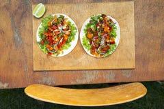Tortillas мозоли с зажаренным свининой на деревенском деревянном столе, верхней части соперничают Стоковое Изображение RF