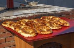Tortillas asiáticas centrales en un contador de la calle cerca del tandoor foto de archivo