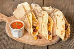 Tortillas avec le poulet, les légumes et le fromage Photographie stock libre de droits