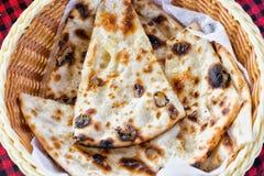Tortillas dans un plat sur une nappe à carreaux photographie stock libre de droits