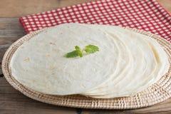Tortillas de la harina del trigo integral en la tabla de madera fotos de archivo libres de regalías