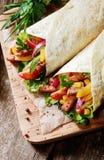Tortillas fraîches avec un remplissage de salade et de viande Images libres de droits