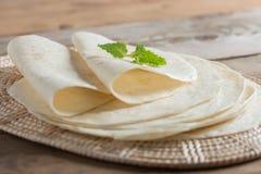 Tortillas hechas en casa de la harina del trigo integral imagenes de archivo