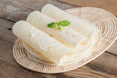 Tortillas hechas en casa de la harina del trigo integral imágenes de archivo libres de regalías