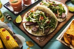 Tortillas mexicanas con el filete y la ensalada de carne de vaca fotos de archivo