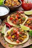 Tortillas mexicanas de la cocina con chili con carne y salsa del tomate Imagenes de archivo