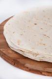 Tortillas mexicanas en un tablero de madera de la cocina Imagenes de archivo